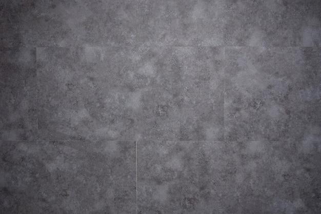 Schwarze und graue keramikfliesen im badezimmer
