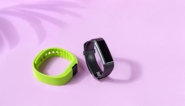 Schwarze und grüne fitness-gesundheitsuhr, sportarmbänder