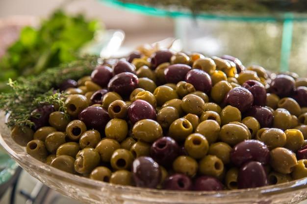 Schwarze und grüne olive