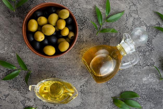 Schwarze und grüne oliven in einer schüssel