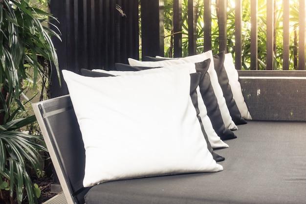 Schwarze und weiße kissen auf einem sofa