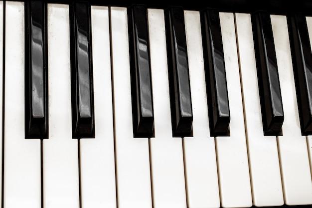 Schwarze und weiße klaviertasten. musikinstrument.