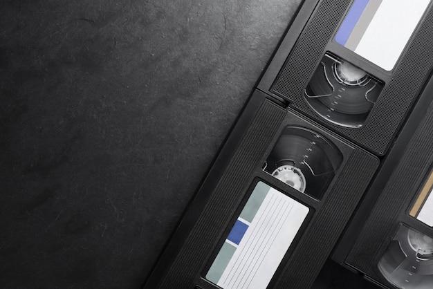 Schwarze videokassettenaufzeichnungen auf schwarzem schieferhintergrund. platz kopieren