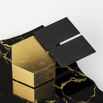 Schwarze visitenkarten auf goldener wabenform