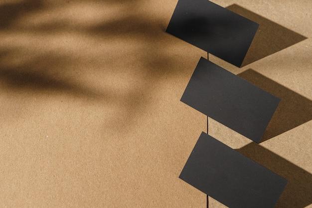 Schwarze visitenkarten auf korkkartentisch