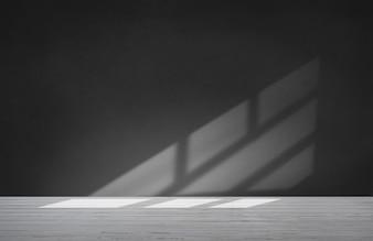 Schwarze Wand in einem leeren Raum mit konkretem Boden