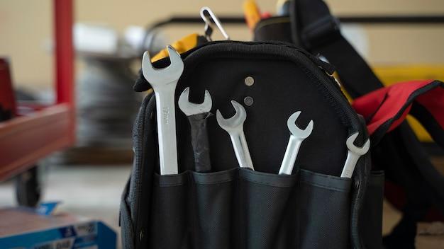 Schwarze werkzeugtasche mit schraubenschlüssel mit kopierraum