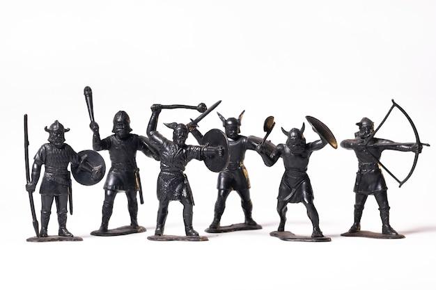 Schwarze wikingersoldaten des weinlese-spielzeugs lokalisiert auf weißem hintergrund.