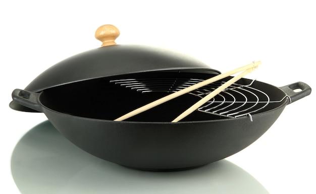 Schwarze wokpfanne isoliert auf weiß