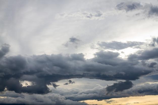 Schwarze wolke strom im himmelnaturhintergrund