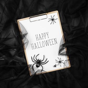 Schwarzer abstrakter hintergrund mit zwischenablage und spinnen, konzept für halloween