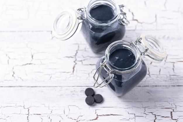 Schwarzer aktivkohle-entgiftungsjoghurt