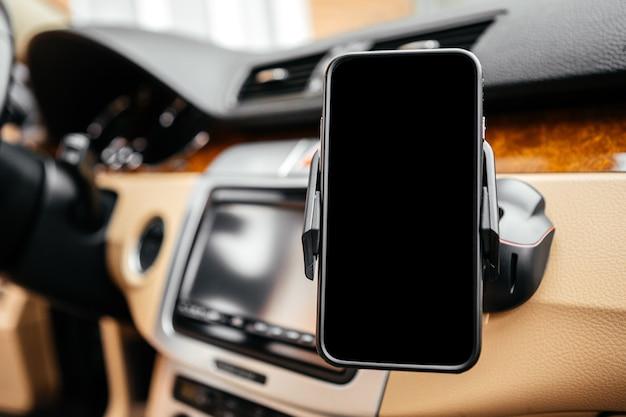 Schwarzer auto smartphonehalter