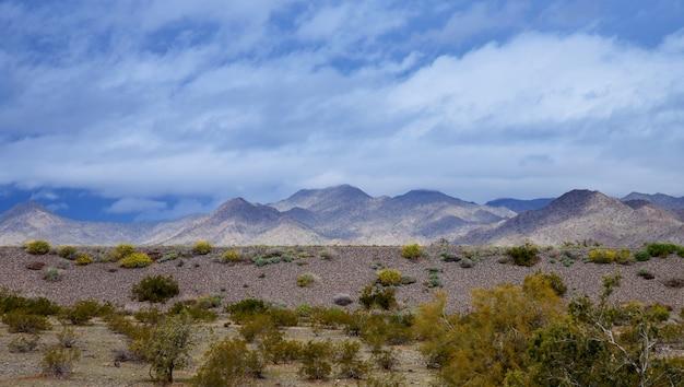 Schwarzer berg in der wüste von arizona