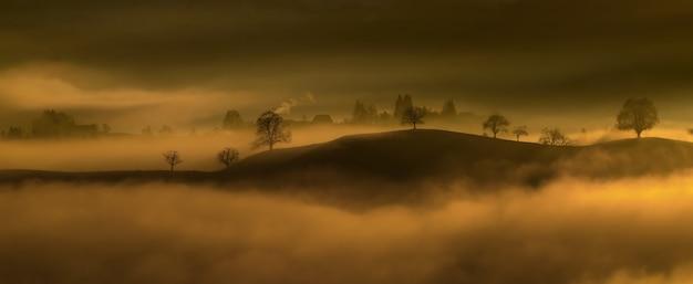 Schwarzer berg umgeben im nebel