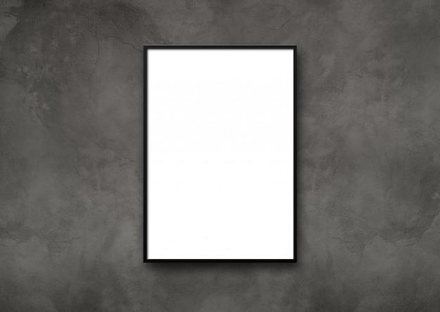 Schwarzer bilderrahmen, der an einer dunklen betonwand hängt