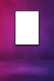 Schwarzer bilderrahmen, der an einer lila wand hängt. leere mockup-vorlage