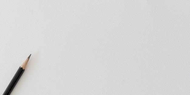 Schwarzer bleistift auf weißem oberflächenaquarellpapierhintergrund