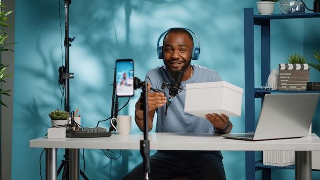 Schwarzer blogger macht gewinnspiel-wettbewerb und nimmt videos auf