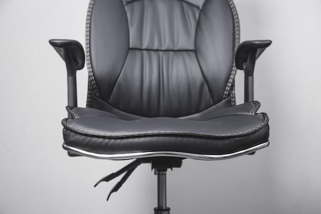 Schwarzer bürostuhl aus leder auf grau