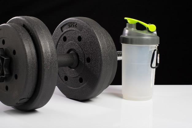 Schwarzer dummkopf, molkeprotein, auf schwarzweiss-hintergründen. fitness.