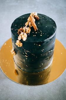 Schwarzer festlicher kuchen
