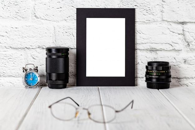 Schwarzer fotorahmen auf hölzernem regal oder tabelle. modell mit textfreiraum