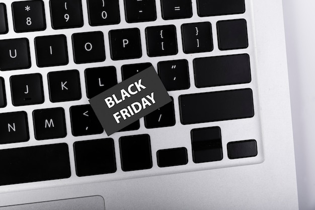 Schwarzer freitag-aufkleber der draufsicht auf tastatur