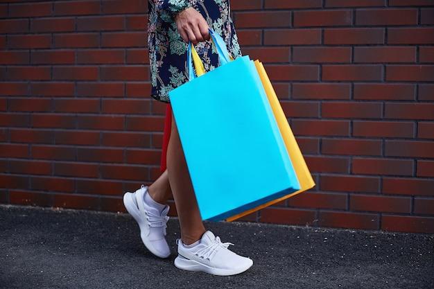 Schwarzer freitag. frau, die papiertüten in ihrer hand hält. einkaufszentrum.