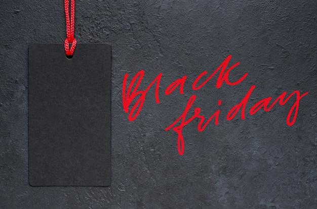 Schwarzer freitag - rote handgeschriebene inschrift auf einem dunklen konkreten hintergrund