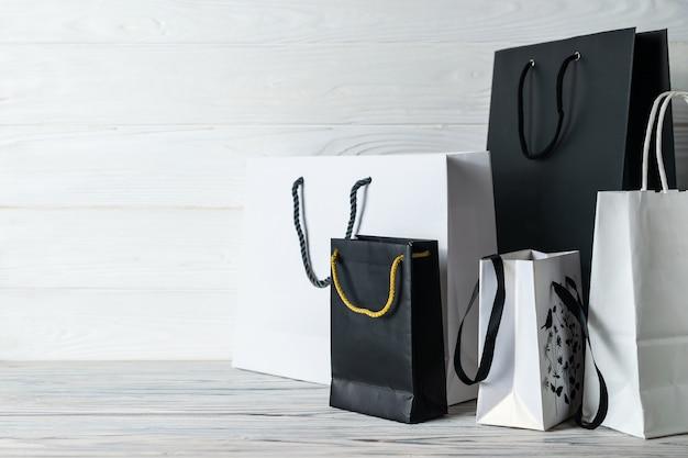 Schwarzer freitag-verkaufsaufbau mit schwarzweiss-papiertüten.