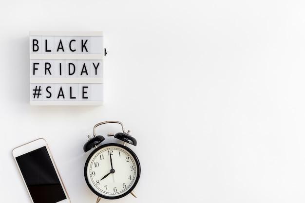 Schwarzer freitag-verkaufstext auf weißem lightbox
