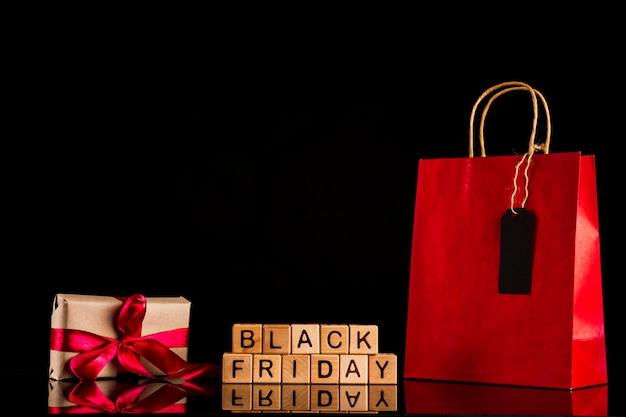 Schwarzer freitag würfel mit geschenk und tasche