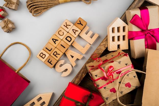 Schwarzer freitag-würfel und -geschenke auf einfachem und hölzernem hintergrund