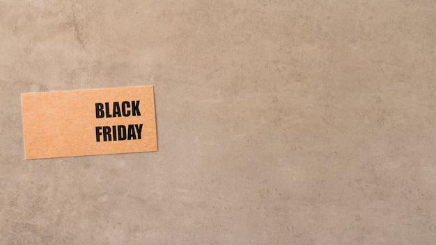 Schwarzer freitagaufkleber auf kopierraummininalistischem hintergrund