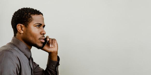 Schwarzer geschäftsmann, der am telefon spricht