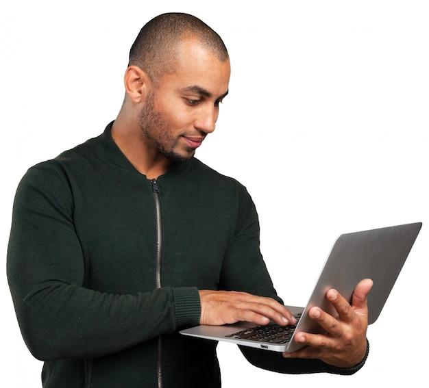 Schwarzer geschäftsmann mit laptop