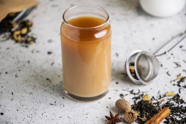 Schwarzer gewürztee masala chai mit gewürzen