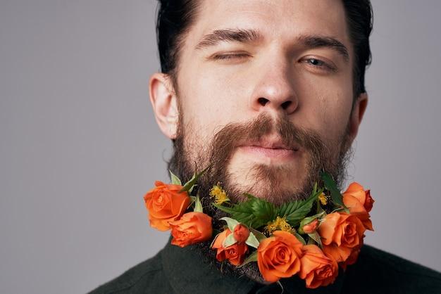 Schwarzer hemdblumen des eleganten mannes in einem attraktiven blick der bartdekorationsromantik