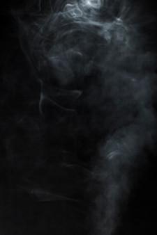 Schwarzer hintergrund mit verschwommenen rauch