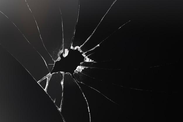 Schwarzer hintergrund mit zerbrochener glasstruktur