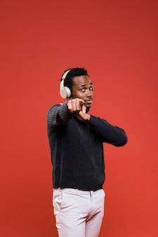 Schwarzer junge, der mit kopfhörern aufwirft
