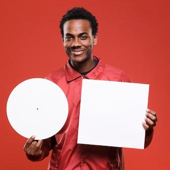 Schwarzer junge, der mit vinyls aufwirft