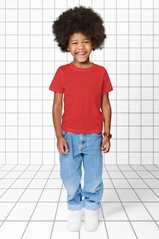 Schwarzer junge, der t-shirt mit hosen trägt