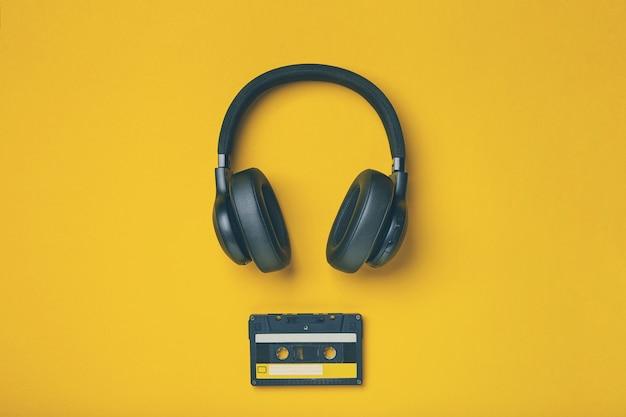 Schwarzer kabelloser kopfhörer mit audiokassette