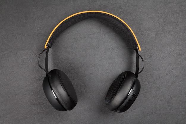 Schwarzer kabelloser kopfhörer