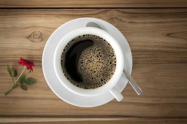 Schwarzer kaffee auf rustikalem hölzernem hintergrund