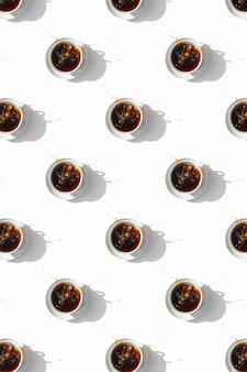 Schwarzer kaffee im weißen tassenmuster
