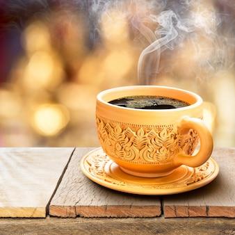 Schwarzer kaffee in der tonwarenschale
