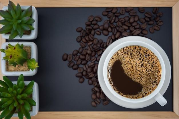 Schwarzer kaffee in der weißen schale
